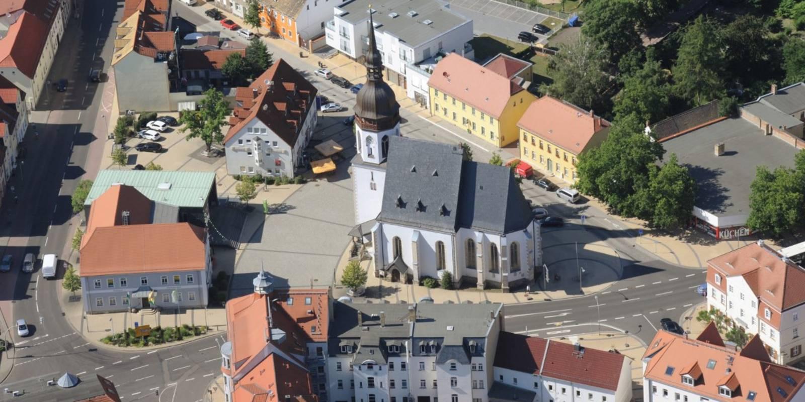 Blick auf das Zentrum von Markranstädt mit der Kirche St. Laurentius und dem Bürgerrathaus